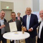 v.l.n.r.: Georg Pfützenreuter, Georg Goldmann (beide Geschichtsverein Deuna), Andrea Lesser (Friedrich-Christian-Lesser-Stiftung), Dr. Christoph Rymatzki